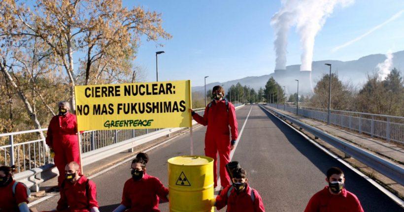 🔴 ¡ACCIÓN! 🔴 Activistas se encadenan en el acceso a la central nuclear de Cofrentes para pedir su cierre definitivo – ES