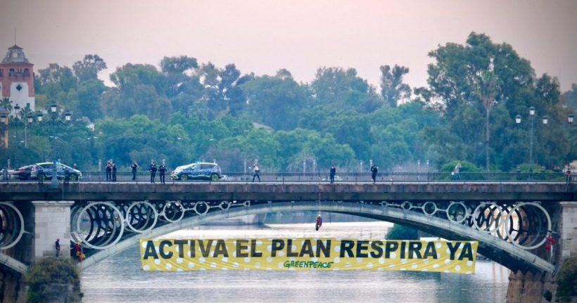 Escaladores de Greenpeace se descuelgan con una pancarta en el puente de Triana para pedir la activación urgente del Plan Respira – ES