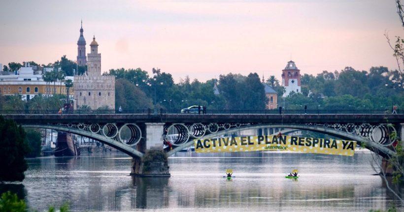 ¡ACCIÓN! ¡EN VIVO! 30 metros de pancarta de lunares y dos kayaks reclaman YA el Plan Respira de Sevilla – ES
