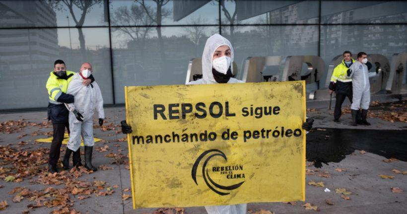 Absueltos los ocho activistas denunciados por Repsol por protestar en su sede por sus desmanes climáticos – ES