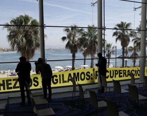 Greenpeace interrumpe la llegada de Pedro Sánchez a un acto sobre la reconstrucción económica para exigirle una recuperación verde y justa – ES