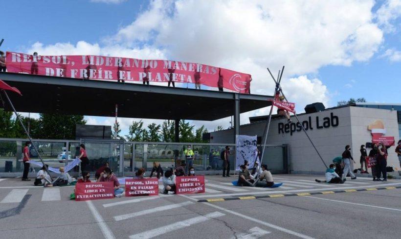 Más de 100 activistas de Rebelión por el Clima bloquean la entrada del centro de investigación de Repsol en Móstolesy piden el cese de sus actividades fósiles – ES