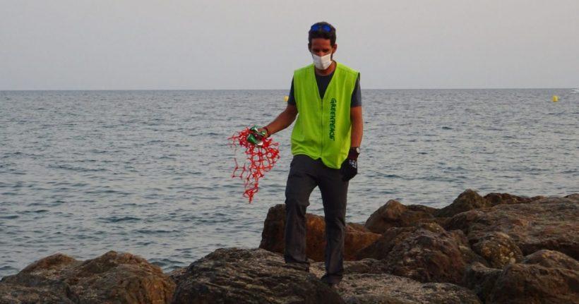 Organizaciones ecologistas depositan en el Ayuntamiento de Almería bolsas de residuos recogidos en la playa, para denunciar la contaminación por plásticos del litoral – ES